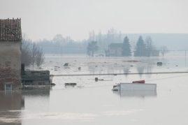 Maltempo, il fiume Enza rompe gli argini e allaga la frazione di Brescello